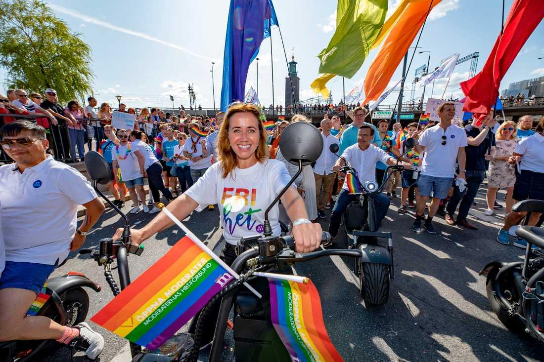 Filippa Reinfeldt (M) är hbtq-talesperson men tar inte ställning när partikamraterna i Hörby halar prideflaggan.