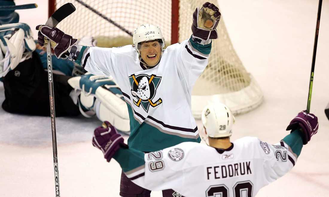 I Mighty Ducks färger. Anaheim är NHL-klubben som Teemu Selänne varit hängiven under sin långa karriär i Nordamerika.