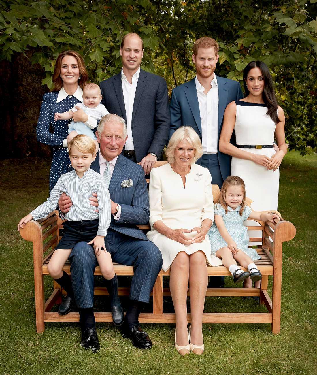 Prins Charles tillsammans med sin familj: I knät prins George, vid hans sida Camilla Parker-Bowles och prinsessan Charlotte och bakom bänken prinsarna William och Harry, hertiginnorna Kate och Meghan, samt det senaste tillskottet prins Louis. Bilden togs den 5 september.