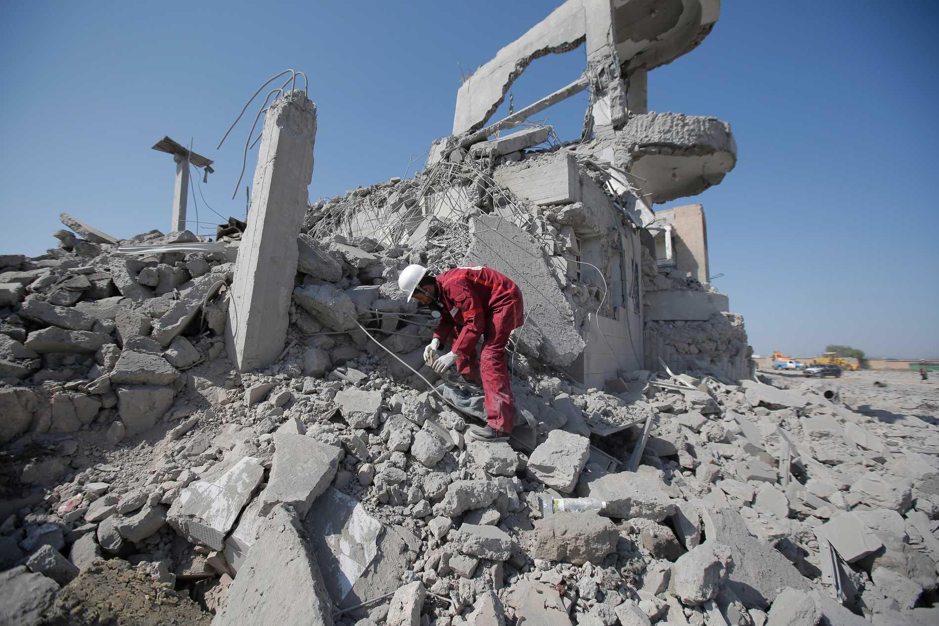 En räddningsarbetare letar överlevande i ruinerna efter en saudisk-ledd flygbombning i Jemen. Arkivbild.