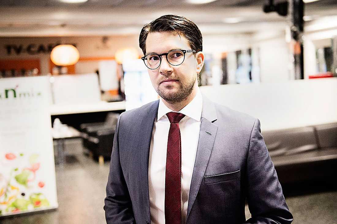 VÄGVAL Sverigedemokraterna måste välja om de vill fortsätta vara de unga arga männens röst eller inte.