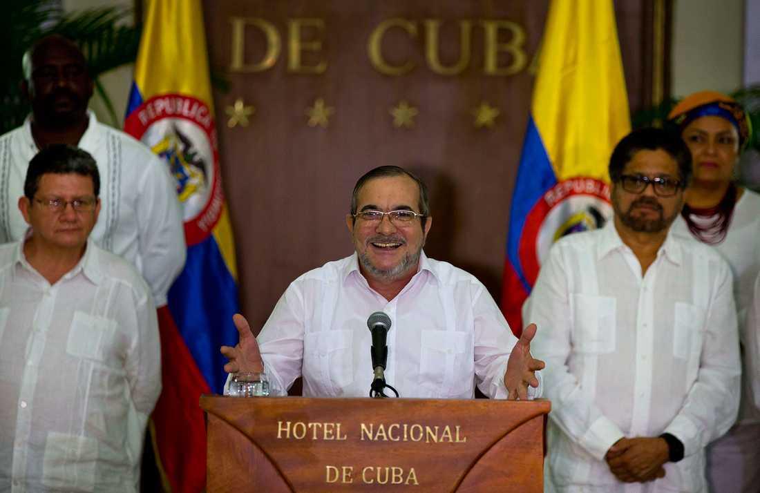 Farc-ledaren Rodrigo Londono, som också går under namnet Timoleon Jimenez, talade till pressen i Kubas huvudstad Havanna på söndagen.