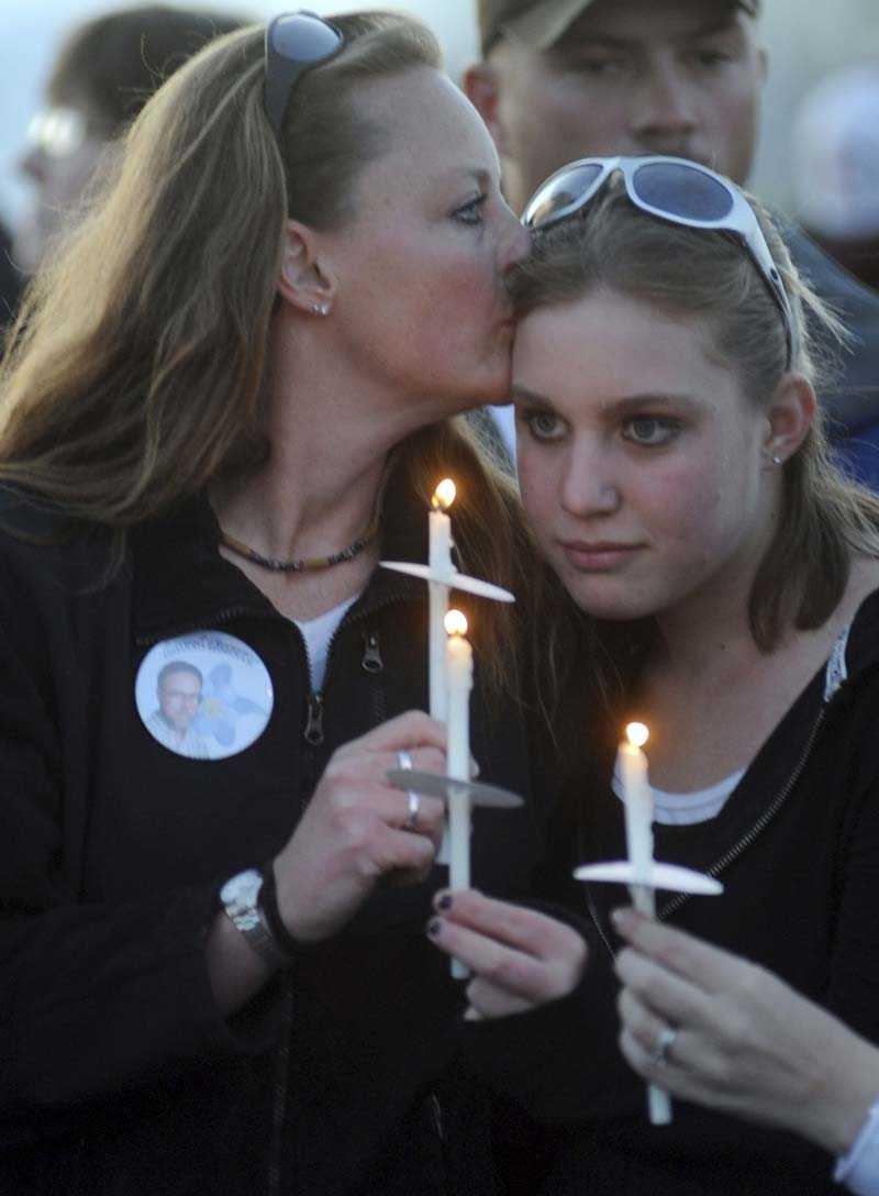 Ciny Thirouin tröstar sin dotter Tiffany Strole, som ska börja på Columbine High School.