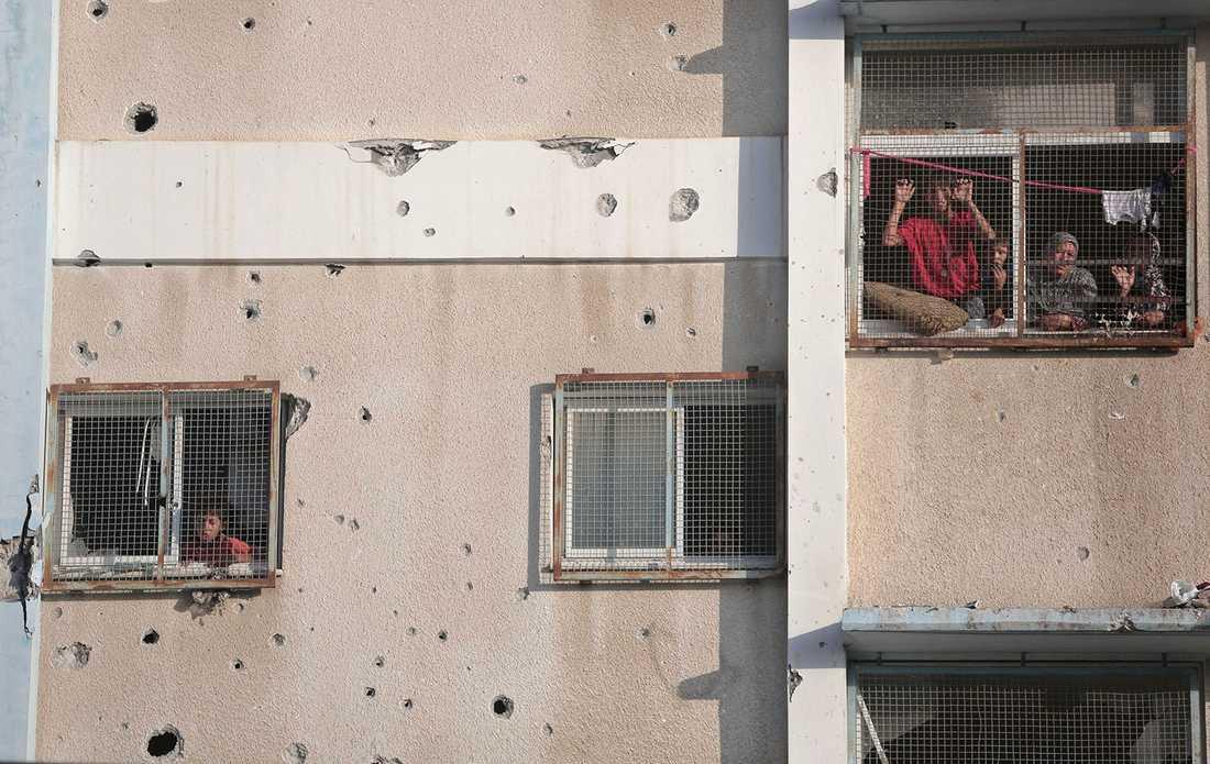 Del av fasaden på FN-skolan visar splitterskador. Tusentals palestinier har sökt skydd på området, i tron om att det skulle vara en trygg plats.