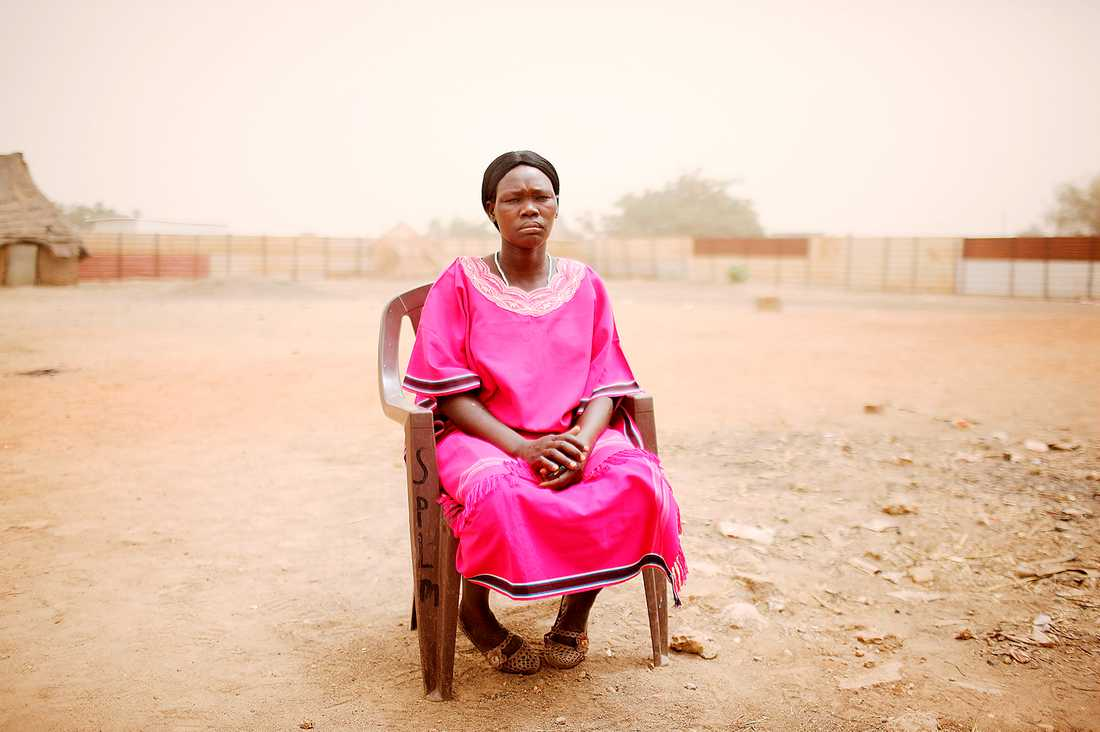 """våldtogs under sju år Katerina Choul Kor togs som sexslav när hon var 14 år. """"Vi var över 50 kvinnor i samma cell. Hela tiden kom det soldater och våldtog oss"""", säger hon. Katerina är den enda som har återvänt till sin by. Hon är gift – men på grund av skadorna från våldtäkterna kommer hon aldrig kunna bli mamma. """"Jag ville så gärna ha barn"""", säger hon."""