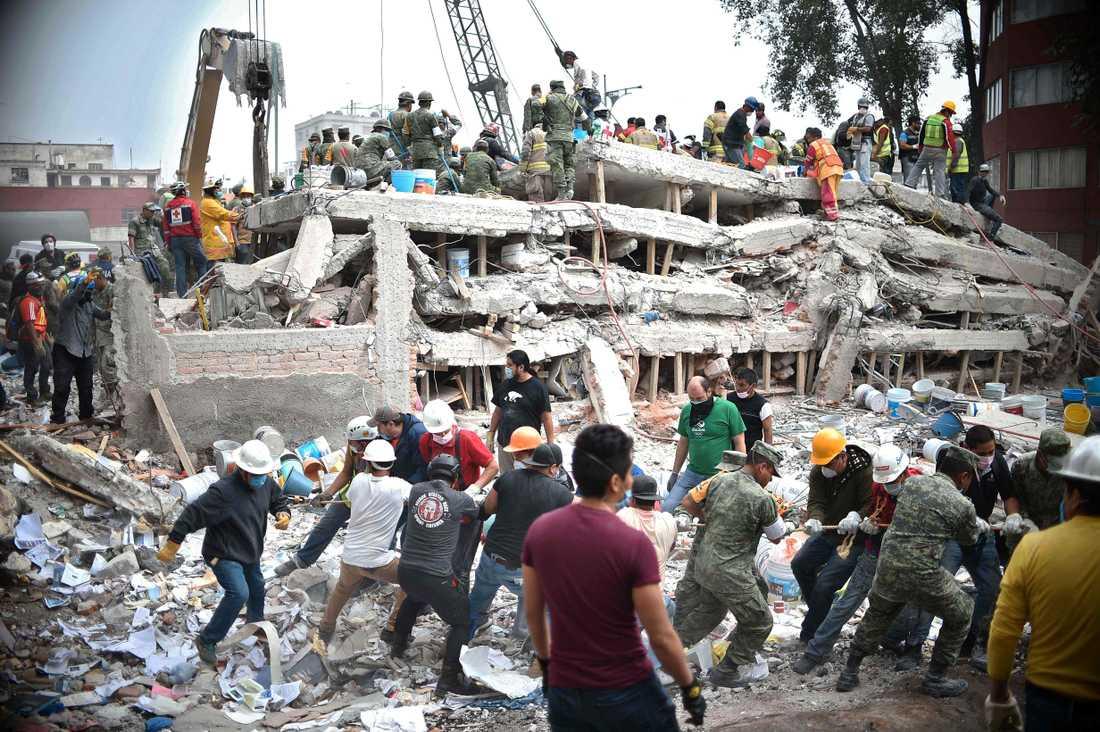 Jordbävningen uppmättes till 7,1 enligt AFP.
