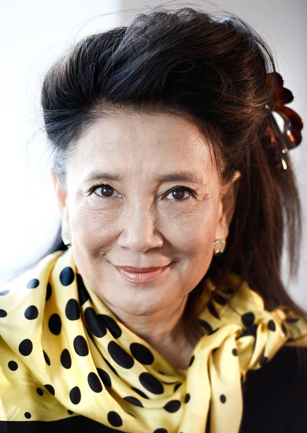 Jung Chang kom från Kina till England genom ett stipendium 1978. – Jag känner mig internationell, för jag har vänner från hela världen. Jag älskar Storbritannien, det är mitt hem. Men jag bryr mig om Kina och är upprörd över hur folket där lidit.