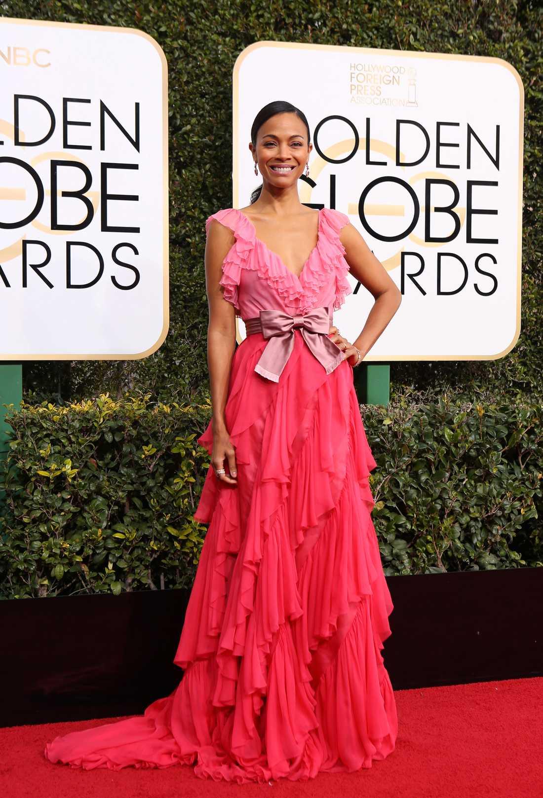 Zoe Saldana Den här klänningen känns som gjord för henne. De olika nyanserna av rosa och aprikos klär henne fantastiskt bra och modellen med volangerna gör den både sval, modern och elegant samtidigt. Gucci har designat en klänning av trivas i. Älskar den.  4 plus