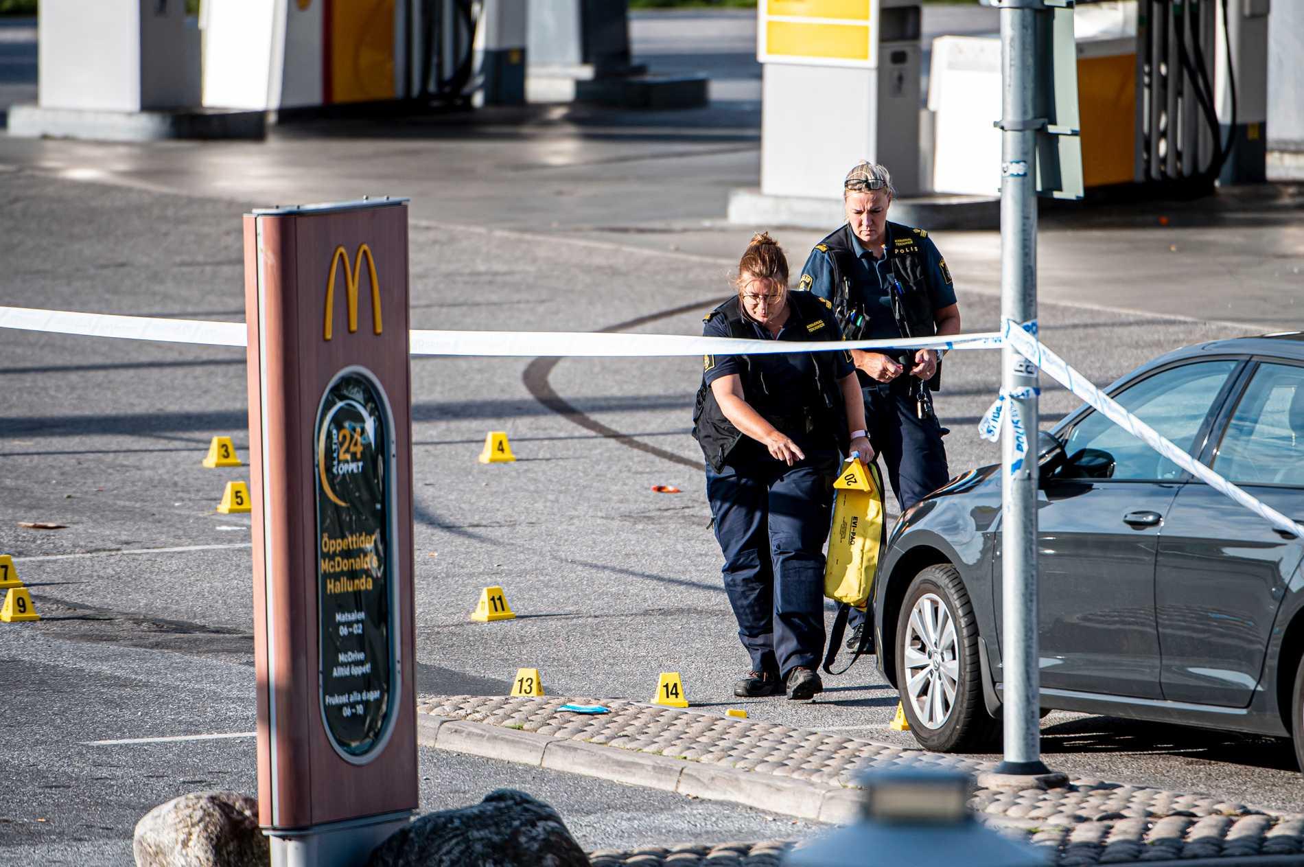 Polis säkrar spår vid bensinmacken där en 12-årig flicka blev skjuten.