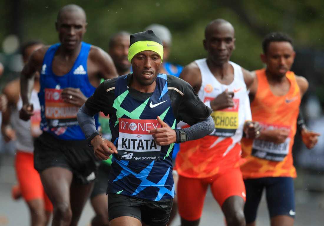 Shura Kitata i ledning i London Marathon med Eliud Kipchoge, i gul nummerlapp, strax bakom.