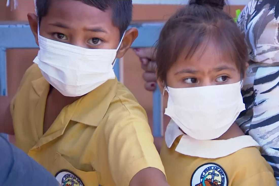 Barn med ansiktsmasker väntar på att få vaccin vid en klinik i Apia, Samoa. Bild från november 2019.