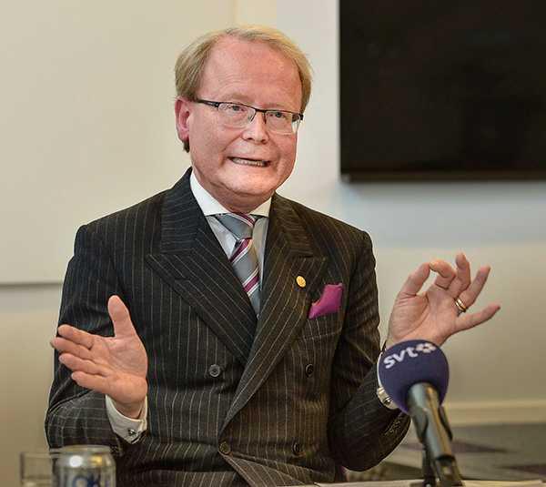 Karolinska Institutets rektor, professor Anders Hamsten, avgår efter den uppmärksammade strupskandalen.
