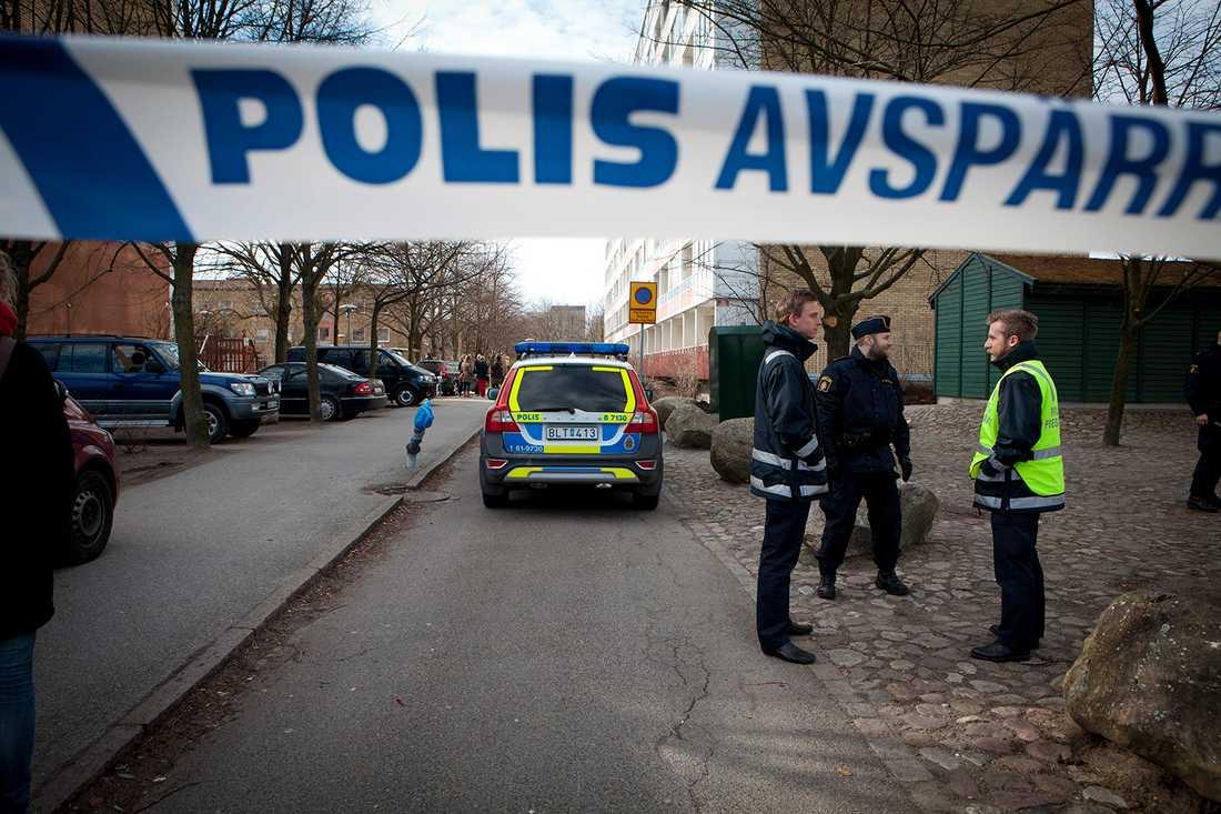 Polis i Lindängen efter ett brott 2012.