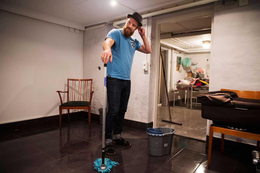 Andreas Bergström i Gamla Rosengård städar ur det sista vattnet ur källaren. Han möttes av över en halv meter vatten i källaren i morse och kattlådan, musikinstrumenten och källarens avfuktare flöt runt i vattnet.