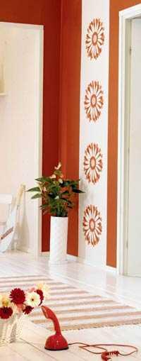 Effektfullt med en tapetvåd mönstrad med en gerpera, 198 kr. Design Decor Maison, Tapetterminalen.