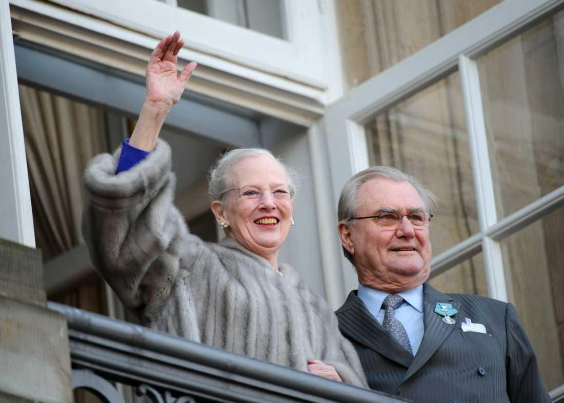 Drottning Margrethe II och prins Henrik vinkar till folket från balkongen till Christian IX:s palats vid Amalienborg slotsplads, med anledning av drottning Margrethes 40-årsjubileum vid tronen