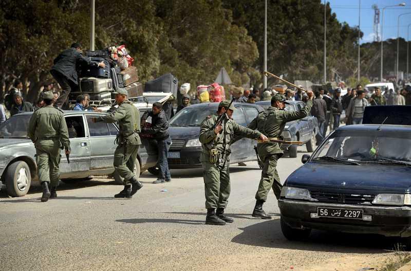 Situationen blir snabbt hotfull. Soldaterna skjuter med automatvapen och slår mot bilar och förbipasserande med tjocka käppar.