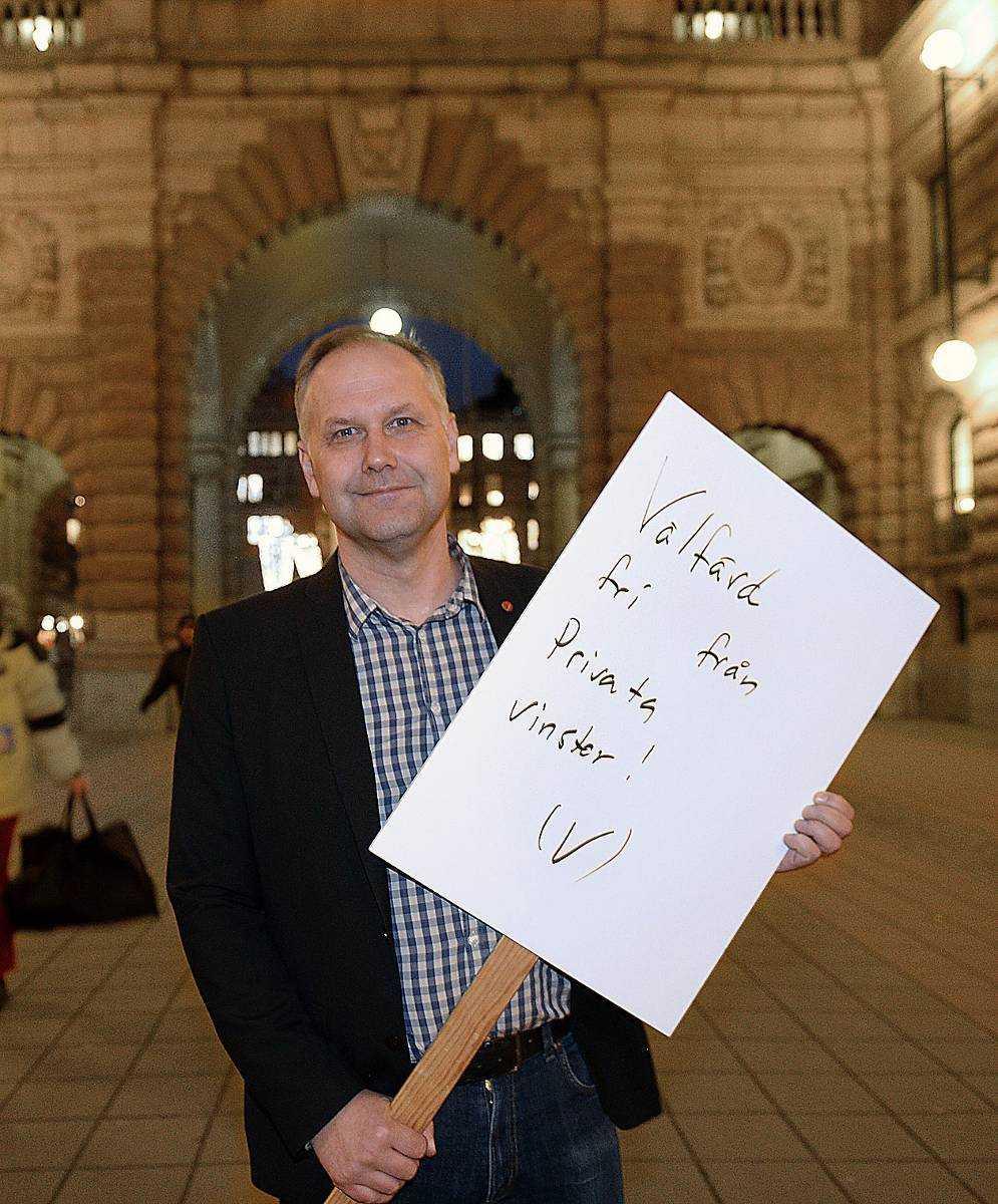 Sjöstedt verkar inte vilja att vi varken ser vad han skriver eller plakatet. Håll det högt och större bokstäver. Det dova ljuset hjälper heller inte. I övrigt bra med allvarligt min till ett allvarligt budskap som pekar på ett uppmärksammat problem.