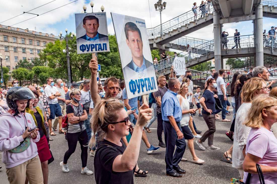 Demonstranterna höll upp plakat med Sergej Furgals porträtt.