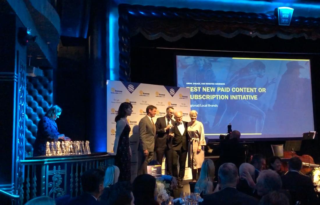 Victor Lindbom, redaktör, Sofia Boström, redaktör, och Daniel Kozlowski, UX visual designer, tar emot priset i New York.