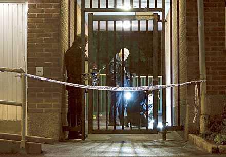 brottsligheten – en klassfråga Polisens tekniker på plats på Hisingen, Göteborg. Här utspelades en de nio skottlossningar som skakat Göteborg den senaste veckan. De som drabbas värst av våldet är de som bor i områden med låga inkomster, skriver Aftonbladets Mats Engström.