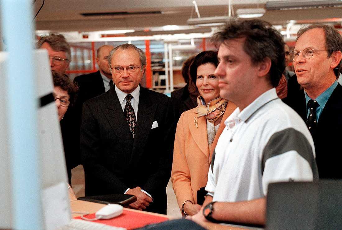 Webbredaktören Mikael Andersson och Aftonbladets dåvarande chefredaktör Anders Gerdin visar  aftonbladet.se för Kungen och Silvia som besökte redaktionen år 2000.