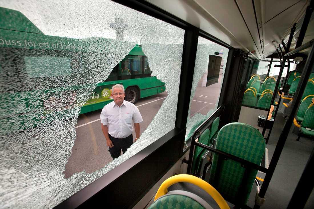 Biträdande enhetschef Staffan Kromnow vid Veolia transport visar en av bussarna som besköts under måndagskvällen.