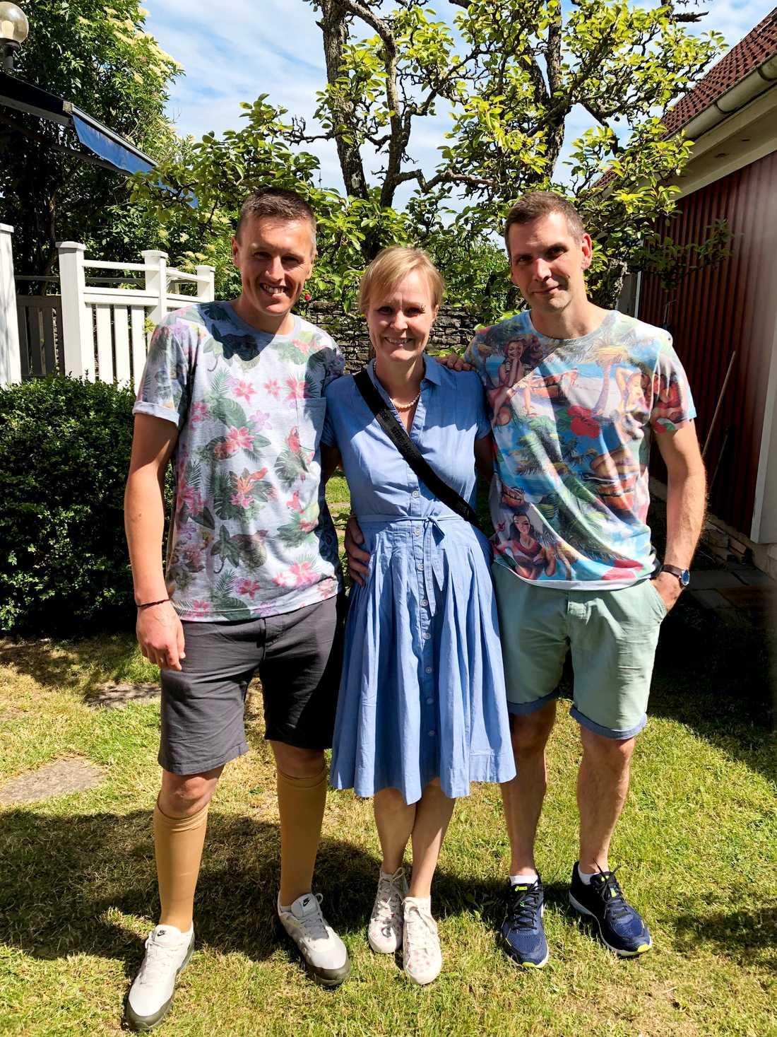 """""""Jag har Ulrika att tacka för mitt liv"""", säger James. Här är han tillsammans med Ulrika och Johan i Sverige."""