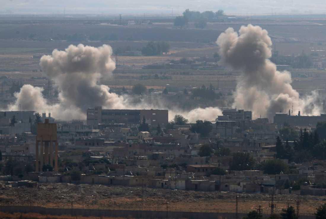 Rökmoln stiger från den kurdkontrollerade staden Ras al-Ayn nära gränsen, efter turkiskt bombardemang.