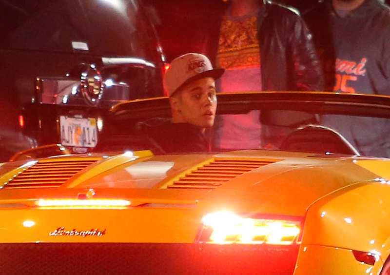 Justin Bieber i sin gula Lamborghini. Utanför nattklubben SET i Florida ska den påverkade stjärnan ha kört drag race och pappa Jeremy ska ha sett till att samtidigt blockera gatan för andra fordon.