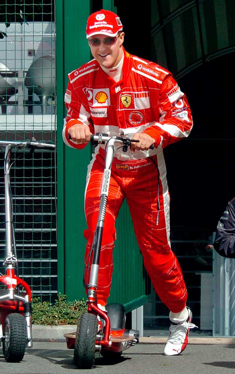 2005 Inför French Formula One Grand Prix körde han ett annorlunda fordon - en miniskoter.