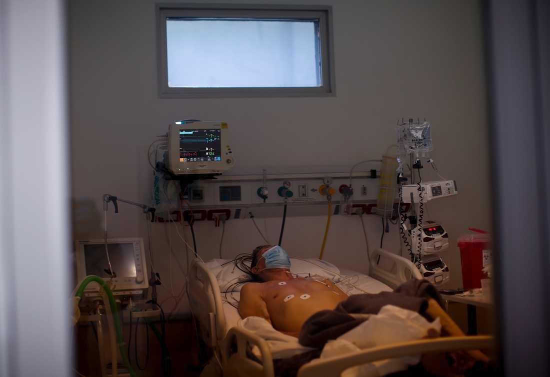 Person vårdas på intensivvårdsavdelningen på ett sjuhus i Buenos Aires, Argentina.