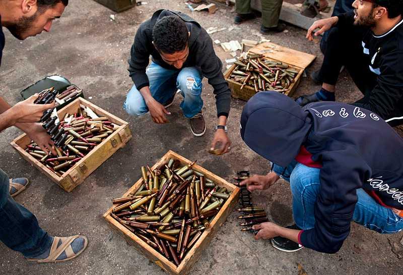 Rebellstyrkor sorterar ammunition på en militärbas i Benghazi. Rebellsoldaterna har varken modern utrustning eller träning. Klicka på bilden för en större version.