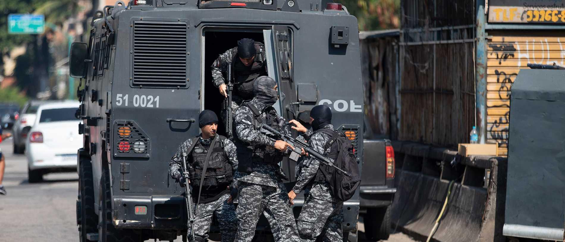 Krigsscener vid blodigt knarktillslag i Rio