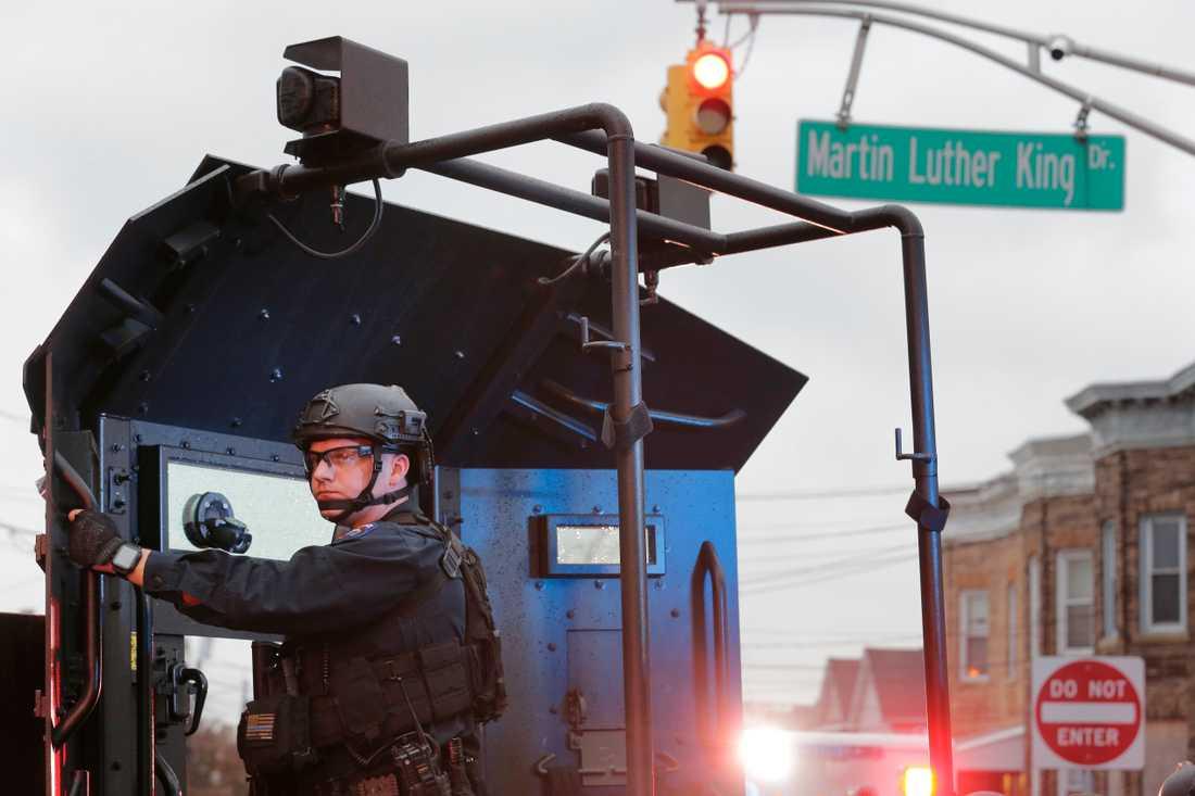 Tungt beväpnad polis nära butiken.
