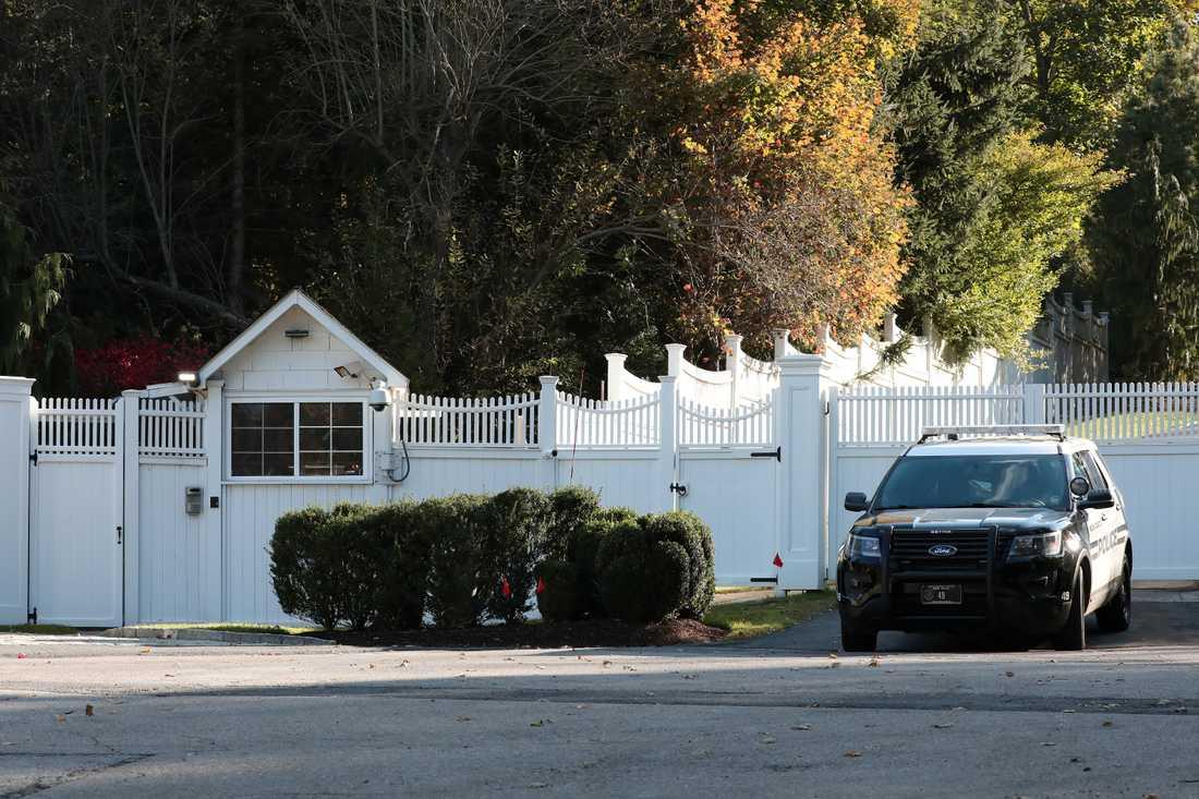 Polisbil utanför Bill och Hillary Clintons hem.