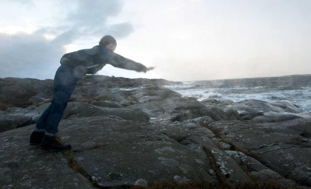 """Orkanbyar Love Rosvall """"surfar"""" i vinden vid det stormpiskade havet vid Sönnerbergen i norra Halland på söndagen."""