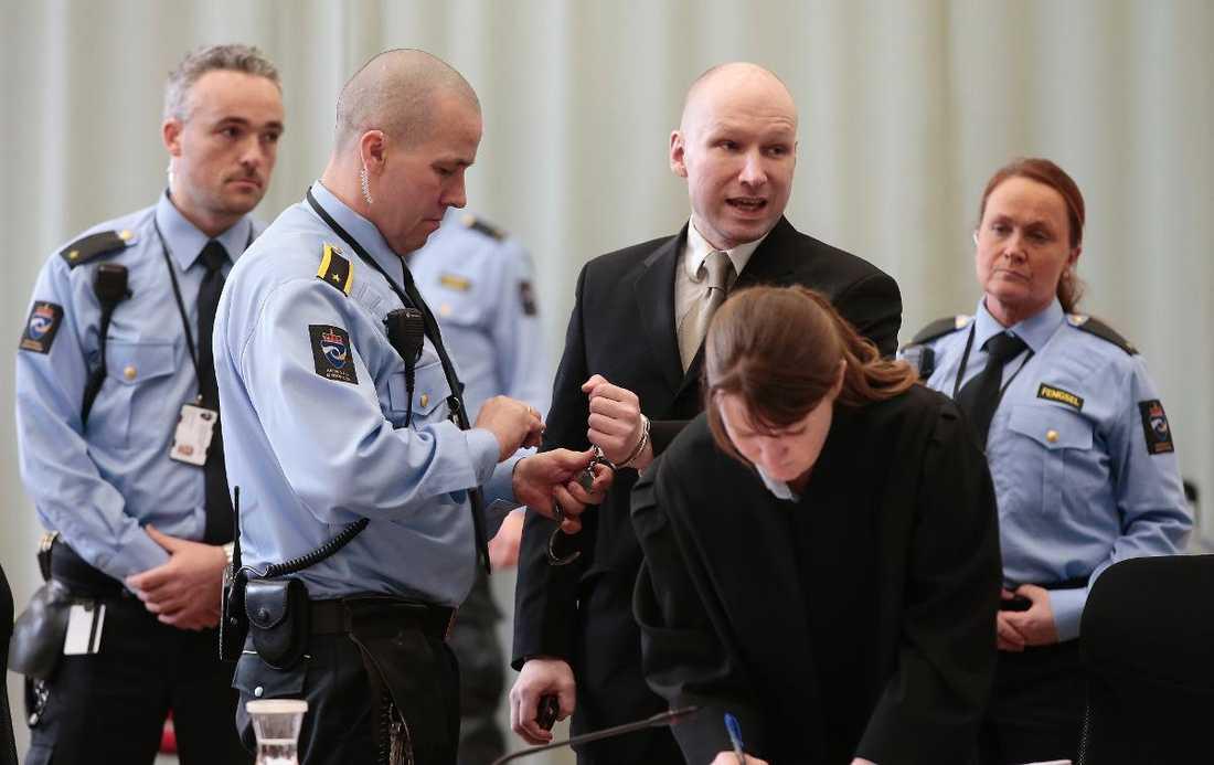"""""""BEHANDLAS SOM ETT DJUR""""  Anders Behring Breivik berättade under gårdagens rättegång hur skadlig hans isolering är. Han anser att han har blivit utsatt för tortyr - och därför börjat gilla realityserien """"Paradise hotel""""."""