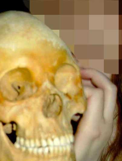Kvinnan med en av sina skallar.