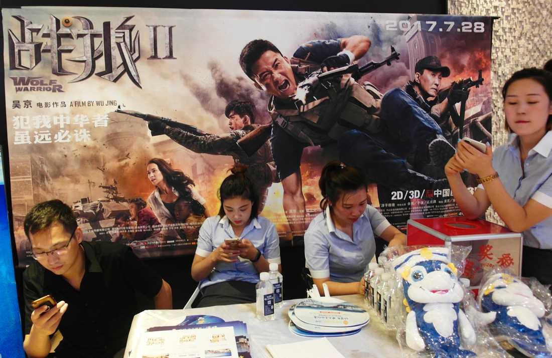Reklam för Wolf Warrior II med Wu Jing i huvudrollen.