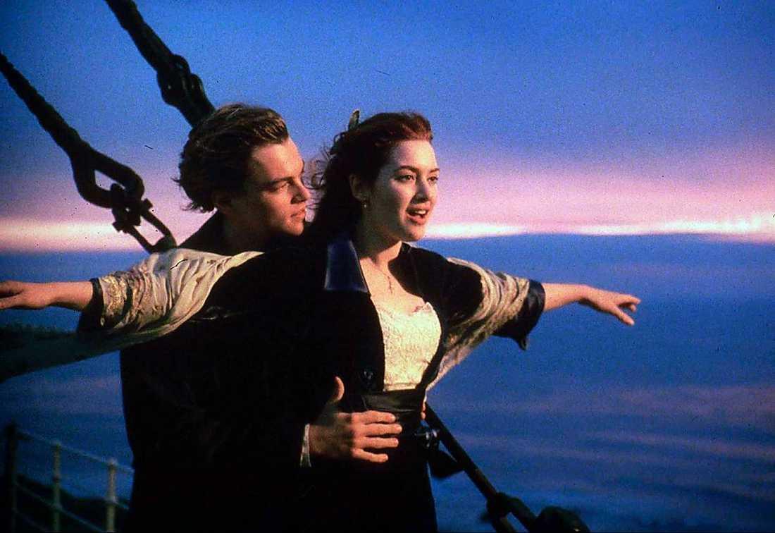 """I """"The perks of being a wallflower"""" sträcker Emma Watson ut armarna som Kate Winslet på Titanic. Skillnaden är att Watson står på ett bilflak och susar fram genom en vägtunnel i Pittsburgh."""