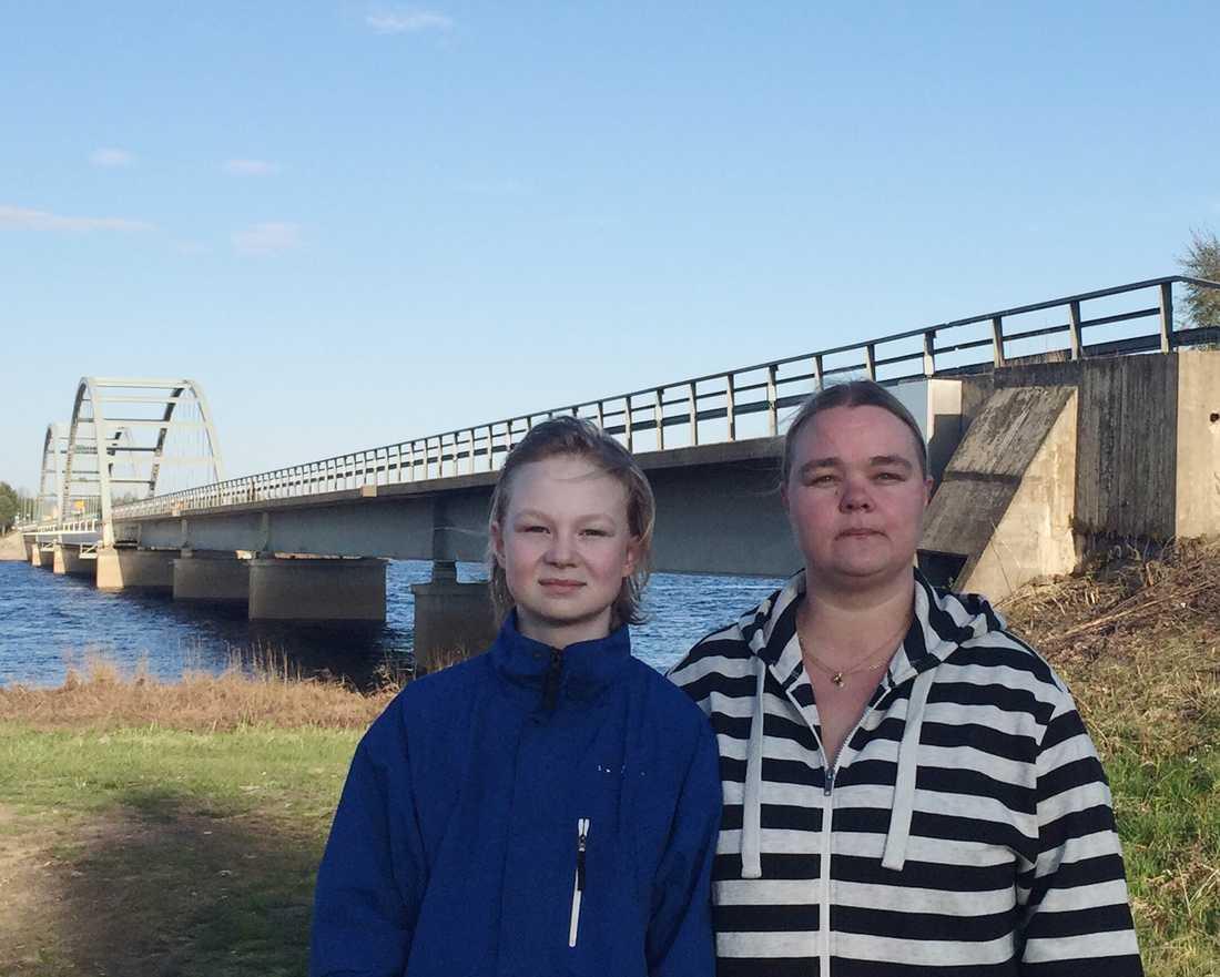 Axel Alanentalo tillsammans med sin mamma Johanna. Det var här vid bron över Torneälven som Axel föll i det iskalla vattnet.