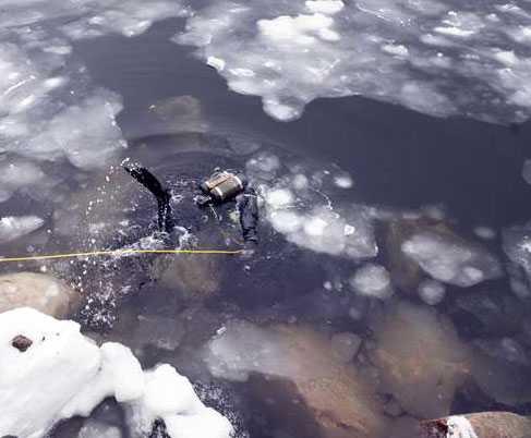 På tisdagsmorgonen inleddes dykningar efter den försvunne 18-åringen.