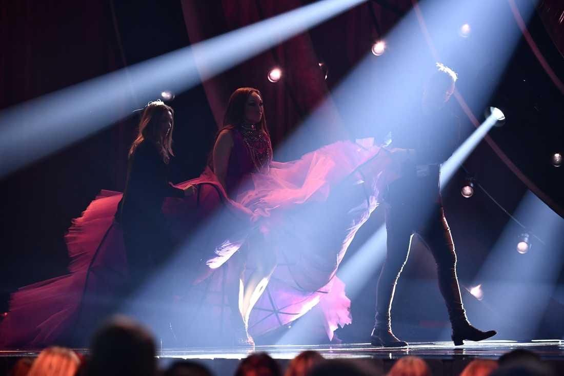 Tre scentekniker fick hjälpa Charlotte Perrelli att få in klänningen på scenen