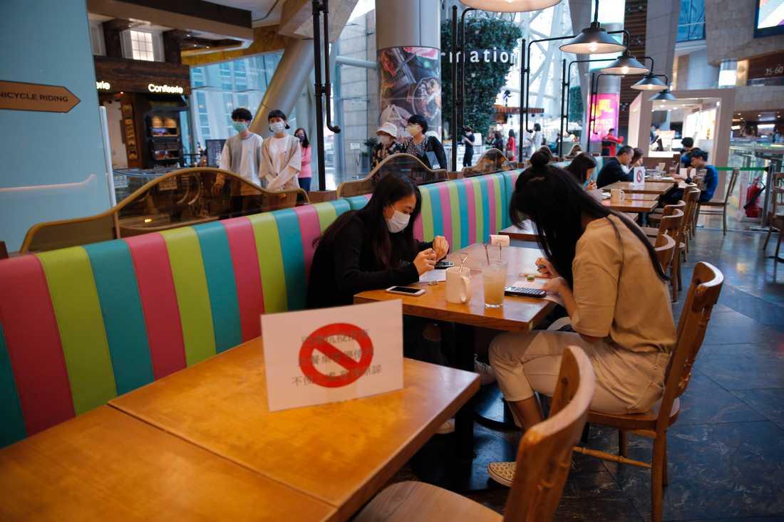 Nu är det slutätet på Hongkongs restauranger. Efter ökade smittsiffror får stadsborna nöja sig med avhämtning av mat. Arkivbild från mars.