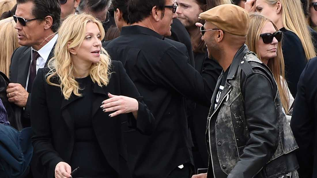 Courtney Love och Tom Morello på Chris Cornells begravning.
