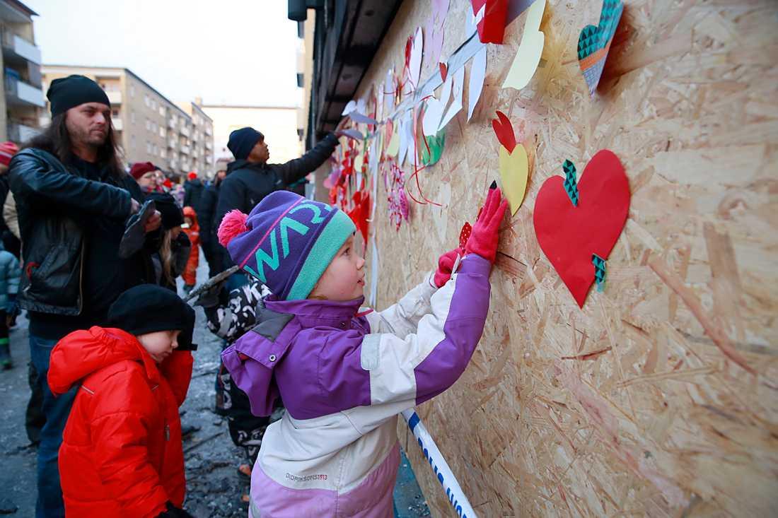 Folk satte upp hjärtan till stöd för muslimerna efter attentatet.
