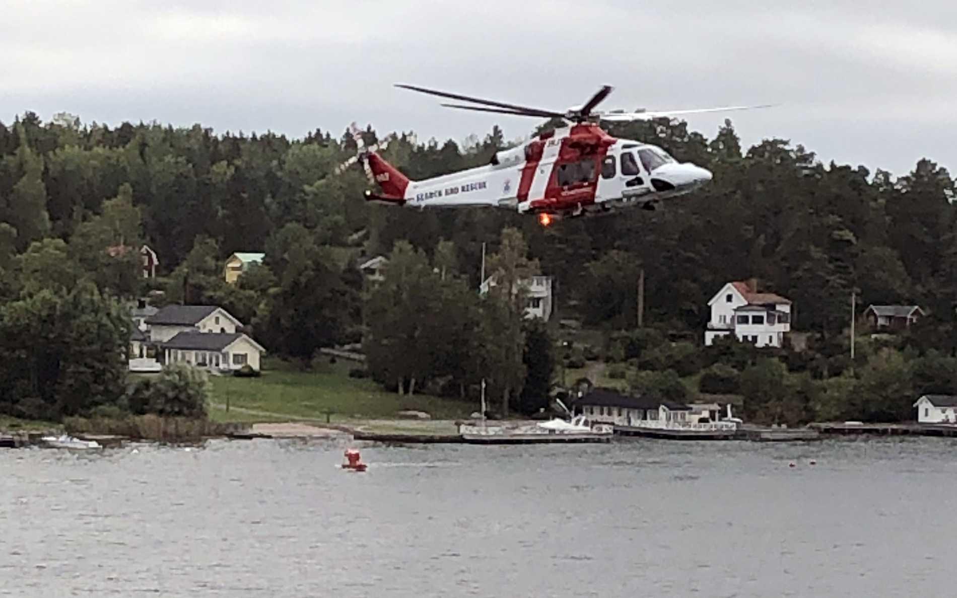 En person har fallit över bord från ett av Tallink-fartyg i Stockholms skärgård.