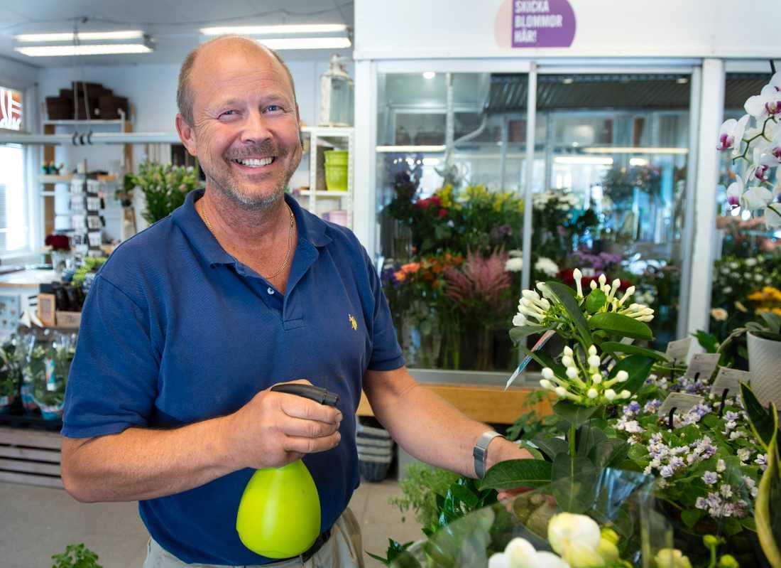 """Morgan Skytt, blomsterhandlare i Årjäng, har norska kunder men är inte beroende av dem för sin verksamhet. """"Norrmän som kommer till oss är grädde på moset. Vi ska vara mest rädda om våra lokala kunder"""", säger han."""