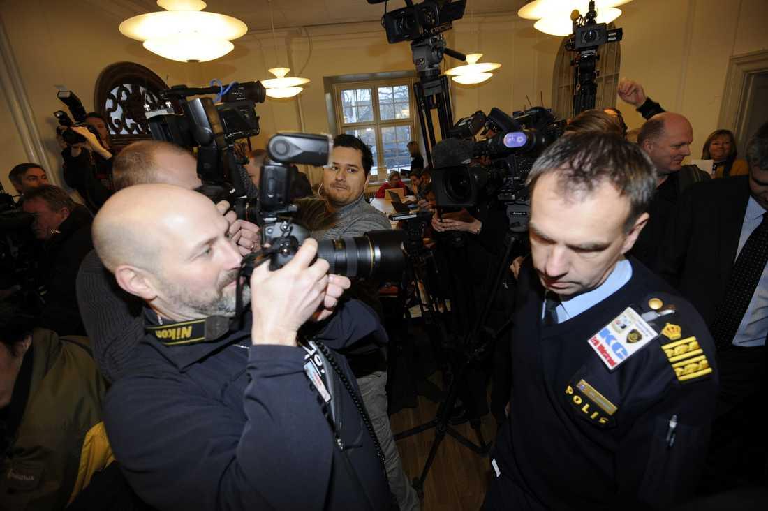 Klockan 10 på söndagen höll polisen presskonferens angående självmordsattentatet. Mängder av journalister hade samlats vid polishuset i Stockholm.